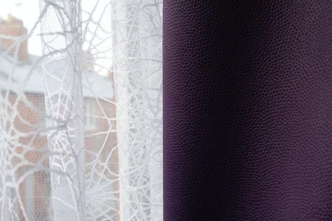 Coole Klamotten auch für die Fenster - weißes Spinnennetz und lila Lederlook - Zebraspider DIY Anti-Fashion Blog