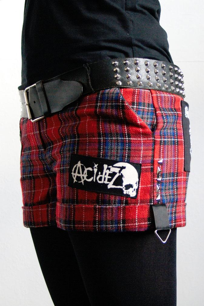 Punk Shorts die 2. der ich trau mich - Hot Pants mit Nieten und Aufnähern - Zebraspider DIY Blog