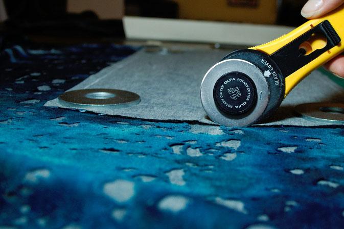 Fetzen-Minirock aus neuen Stoffen - Rollschneider zuscheiden - Zebraspider DIY Blog