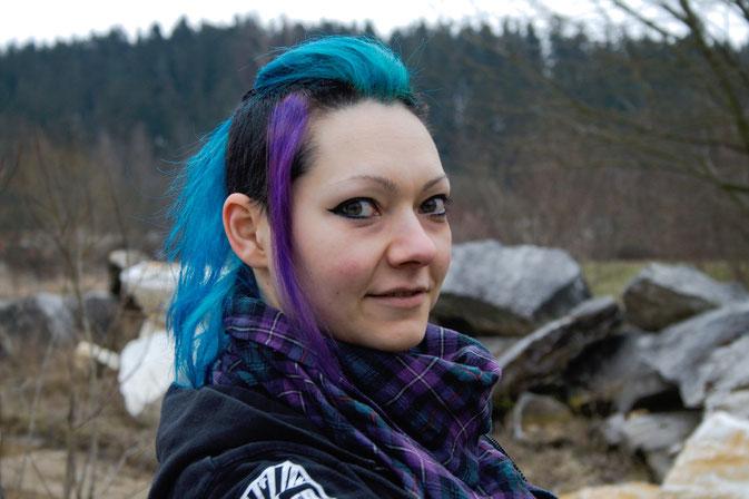 Wochenend-Outfit - Fotos im Steinbruch - Halstuch passend zur Haarfarbe -  Zebraspider DIY Blog