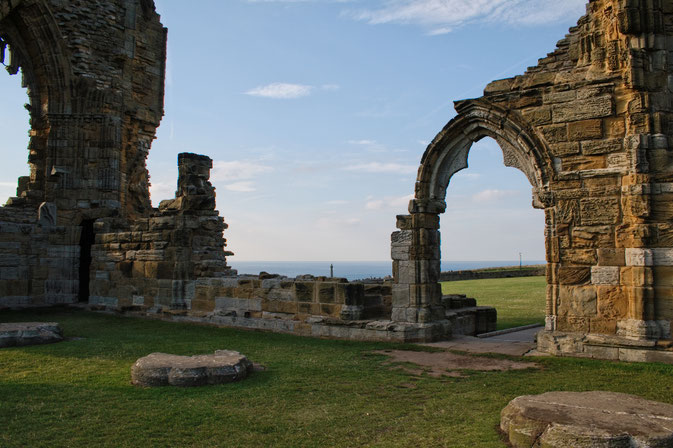 (M)ein Tag am Meer - Whitby Abbey Tor zum Meer - Zebraspider DIY Blog