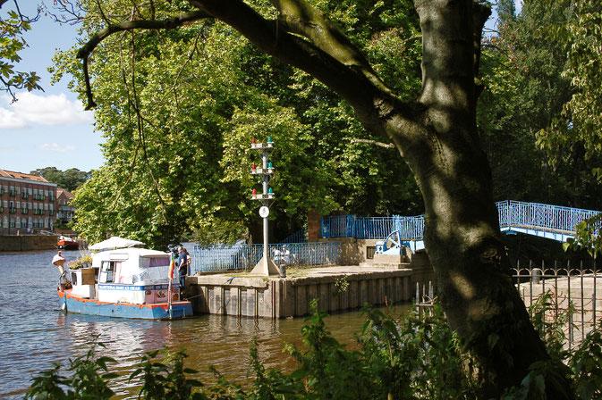 So lebt es sich in York - blaue Brücke und Einboot - Zebraspider DIY Blog