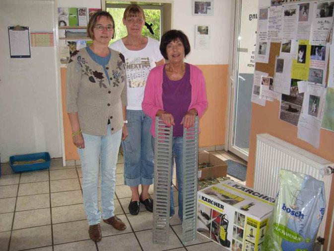 Übergabe im TH-Bückeburg. Evelyn Keil,Imke Jostmeier und Monika Hachmeister