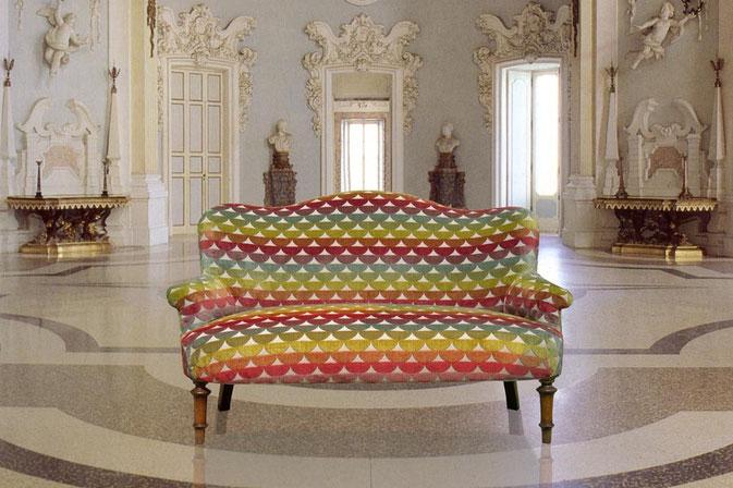 Divanetto antico tappezzato con tessuto moderno Designers Guild