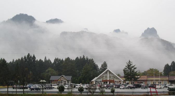 「峠の釜めし」で名高い横川SAから、雨の妙義山が見えました。