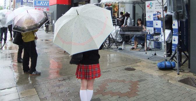 雨、雨、雨の中!