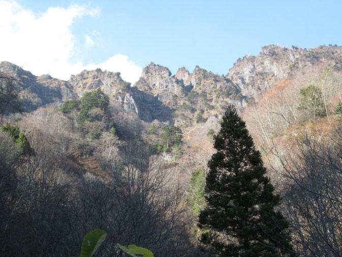 突然見える戸隠山。山そのものが「天岩戸」  圧倒される威容です