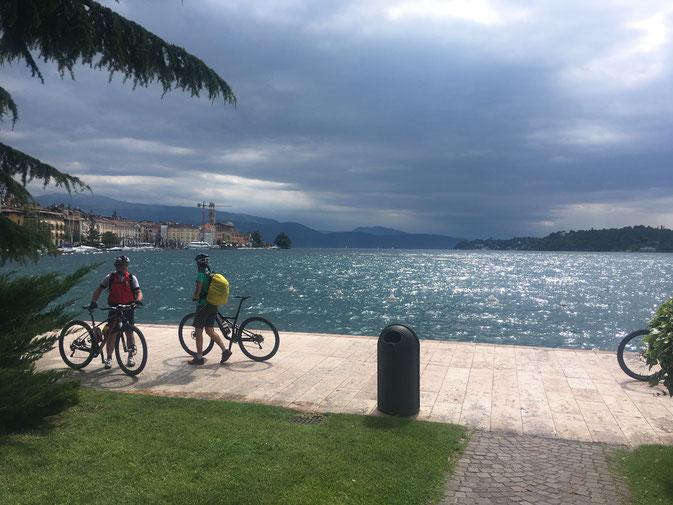 Wir sind wieder unten am Lago: Uferpromenade von Salò.