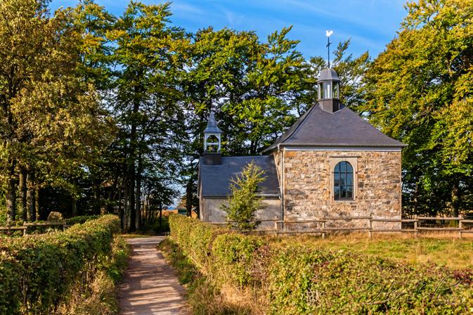 Gehen Sie entlang der Fischbach-Kapelle ...