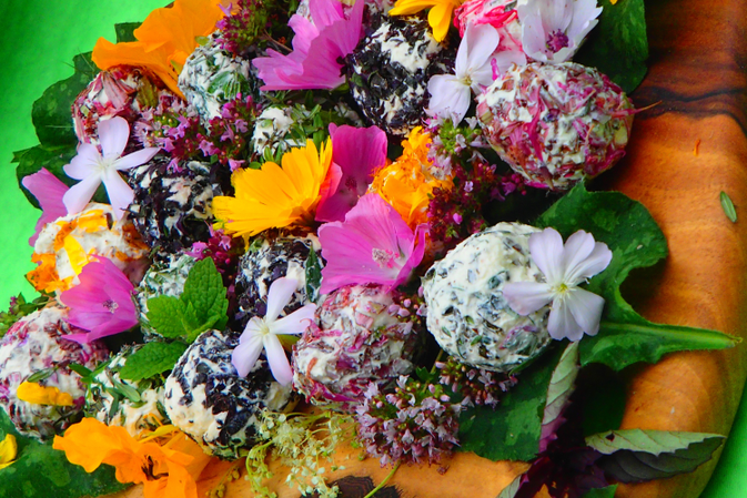 Badekungeln aus Blüten und Kräutern