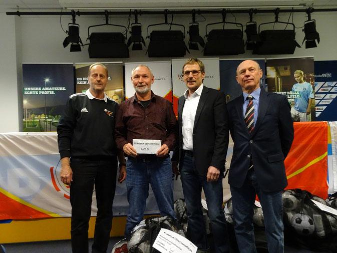 v.l.: Günter Hörner (Vorsitzender Freizeit- und Breitensportausschuss), Reinhold Kniel (SCO-Jugendleiter), Jürgen Galm (bfv-Vizepräsident) und Peter Barth (bfv-Vizepräsident und -Ehrenamtsbeauftragter)