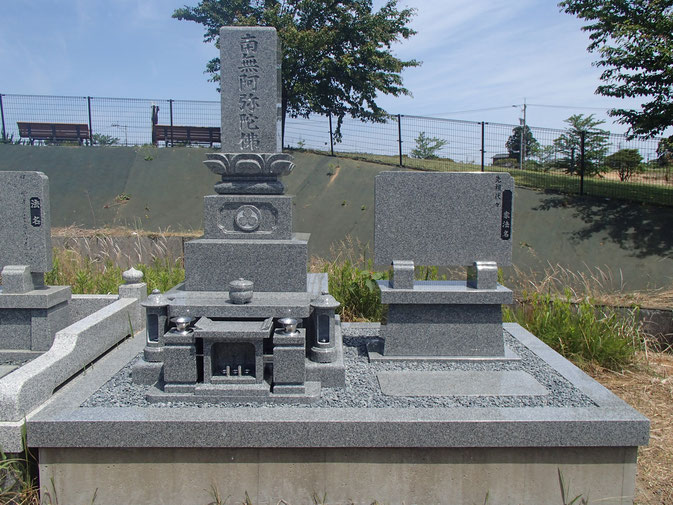 インド産材 アーバングレーの墓石