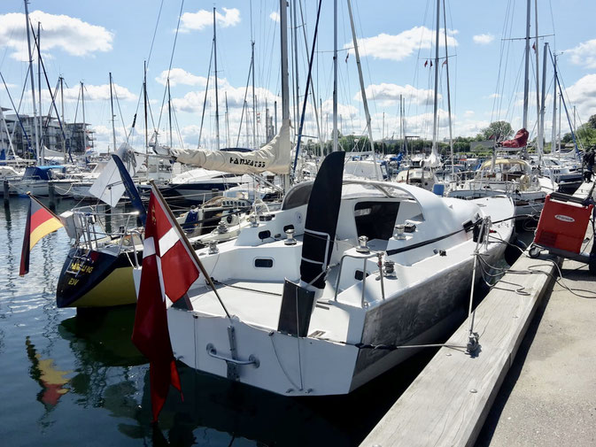 """""""Dasindwir"""" in Nyborg. Neben einem von Kim Haugaard gebauten Aluminumschiff"""