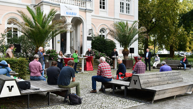 Haben auf dem Podium über Natur- und Umweltthemen diskutiert (hintere Reihe v.l.): F. Lüke (Moderator), O. Lüke (NABU Paderborn), A. Wolf (Die Linke), N. Creuzmann (Bündnis90/Die Grünen), M. Welsing (FDP), L. Kappius (CDU) und W. Weigel (SPD).