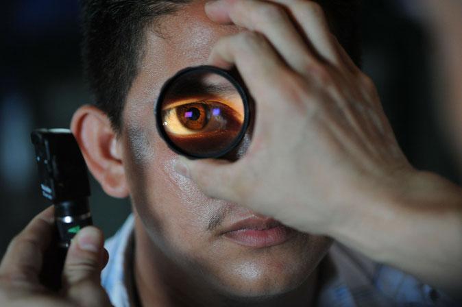 Augenarzt kontrolliert die Augen eines Patienten