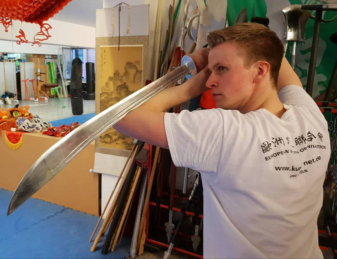 Felix mit der Kung Fu Waffe Säbel
