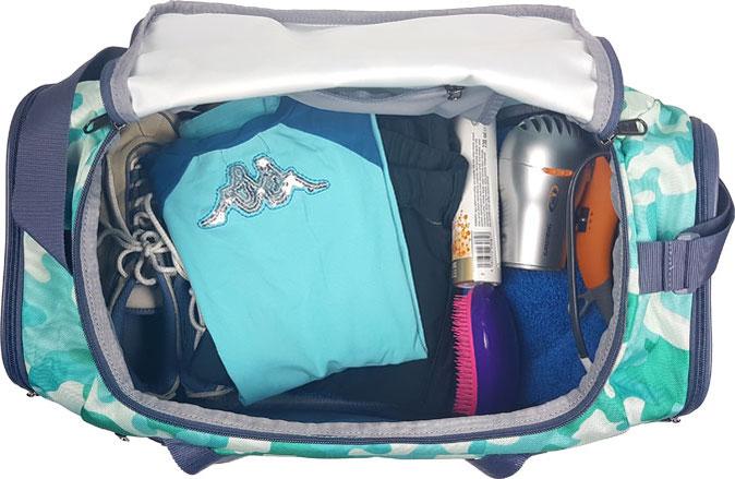 kleine Sporttasche Under Armour gefüllt