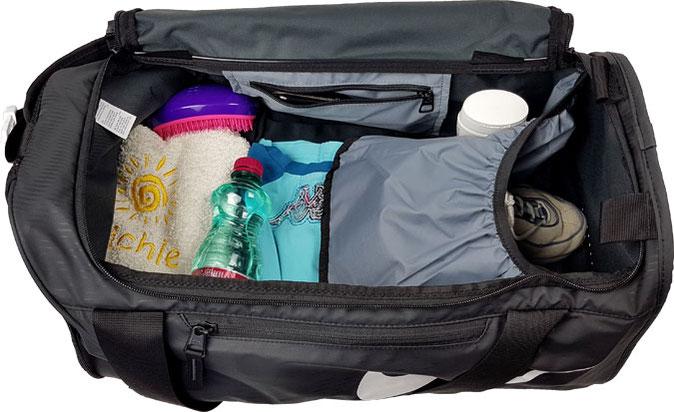 kleine Nike Sporttasche gefüllt