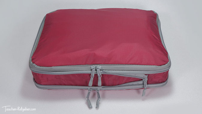Auf der Oberseite der Packwürfel gibt es ein Lüftungsgitter. Die große Packtasche hat unten ein wasserdichtes Fach.