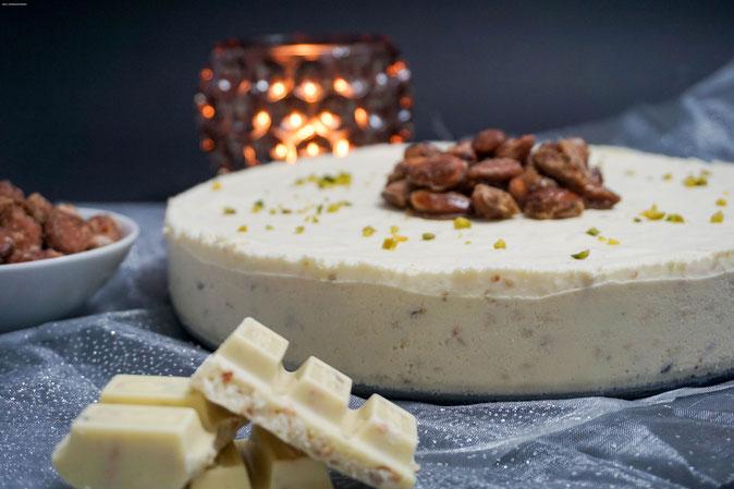 Weisses Schokoladenparfait mit Crunch
