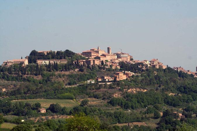 Montepulciano vista da sotto. Itinerario di Vino.