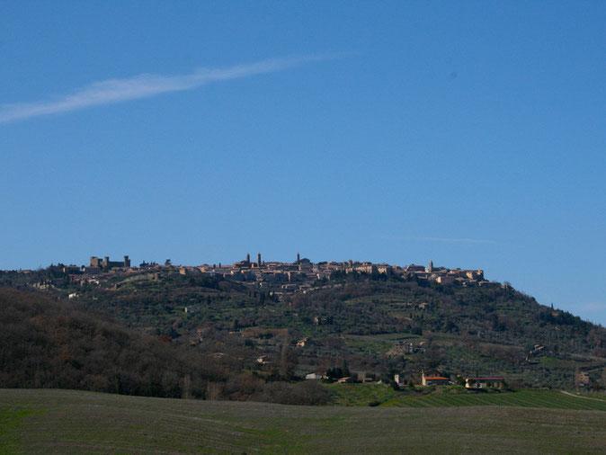 Montalcino, il borgo visto dal basso.