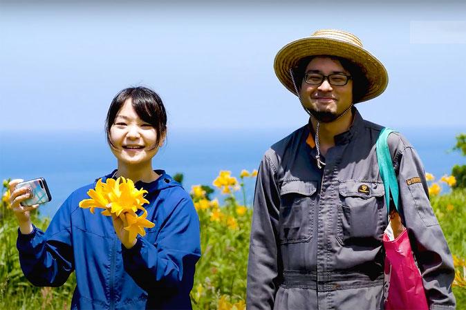 画像 :『さどのめぐみっ茶 製造編』PVより 絢さん(右)とシンガーソングライターで『さどのめぐみっ茶』を歌うRuuさん。