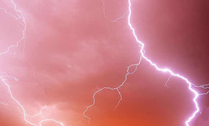 L'éclair précède le tonnerre (la lumière se déplaçant plus vite que le son). Lorsque l'éclair touche le sol, on dit que « la foudre est tombée ». Les éclairs, le tonnerre, les voix sont associés à la puissance de Dieu et font trembler la terre.