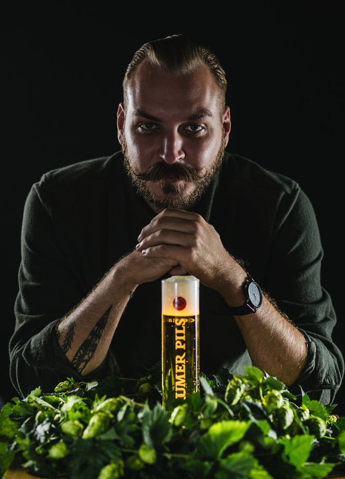 Hopfendolden Bier Braumeister nachdenklicher Blick stolz auf das Produkt Bier