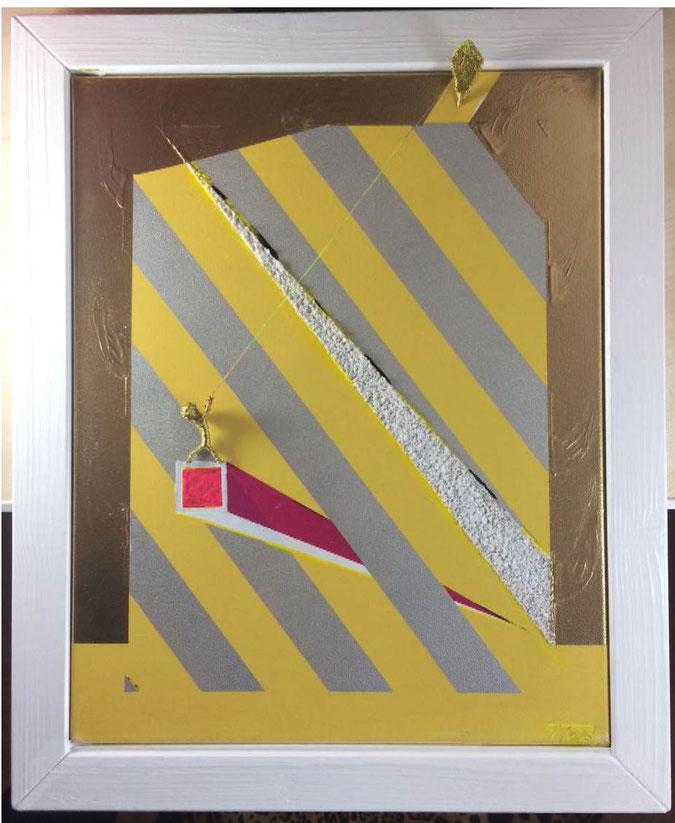 Goldene Figur aus Draht beim Drachen steige lassen. Gelbe und Silberfarbene diagonal verlaufende Elemente.