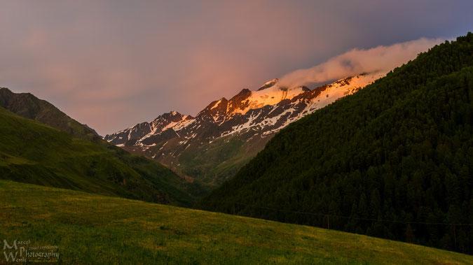 Blick von der Terasse auf Weisskugel und Bärenbartkögel im Sonnenuntergang