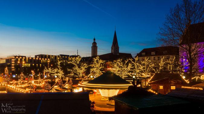 Blick über den Christkindlmarkt Ingolstadt und die festlich illuminierte Stadt