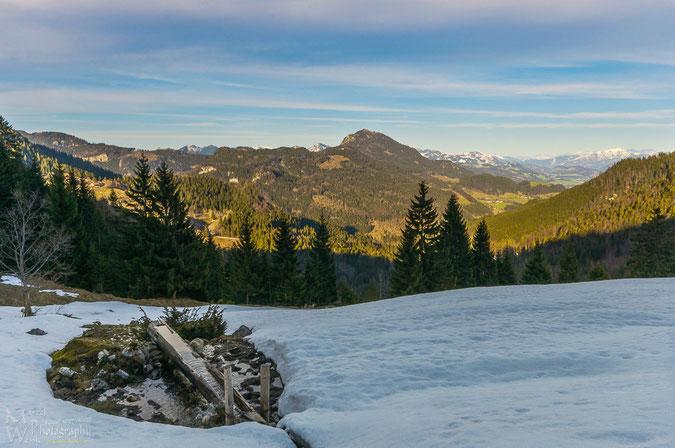 Abendliche Aussicht. Ein paar Meter oberhalb der Alten Lampl Alm (ca. 900m) lag noch ne Menge Schnee.