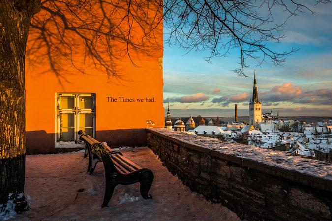 Must do in Tallinn: Auf den Domberg gehen und den Blick von der Kohtuotsa Aussichtsplattform genießen!!! Hier der Blick Richtung Hafen mit Teilen der Stadtmauer und St. Olaikirche
