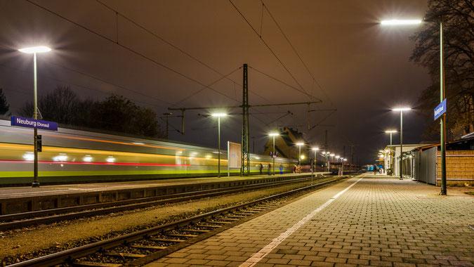 "Vorsicht an der Bahnsteigkante... Pendlerverkehr am Neuburger ""Hauptbahnhof"""