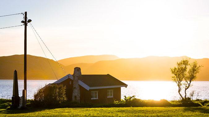 """""""Das Haus am Meer"""" habe ich ebenfalls in Bodø entdeckt.  Im Sommer geht die Sonne in Norwegen nicht unter und die goldene Stunde dauert ewig...aufgenommen am 02.06. um 21:49 Uhr Ortszeit"""