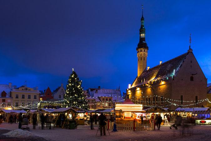 Der Weihnachtsmarkt auf dem Rathausplatz Tallinn zur blauen Stunde am 26.12.2014