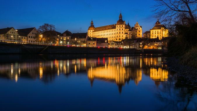 Blick auf das Neuburger Schloss von der Insel zur blauen Stunde (Klicken für Vollbildansicht)