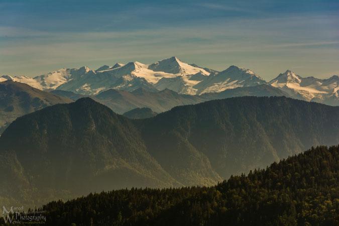 Blicken auf den Alpenhauptkamm auf dem Weg von der Rosengasse zum Brünnsteinhaus