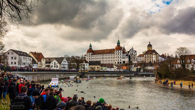 In Neuburg an der Donau findet jährlich am letzten Samstag im Januar das Donauschwimmen statt (Klicken für Vollbild)