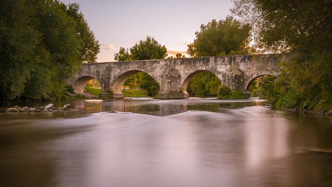 """Die """"Altmühlbrücke in Pfünz"""" an einem Herbstabend. Die Ursprünge dieser Altmühlüberquerung zwischen Eichstätt und Walting gehen bis in die Zeit des Römischen Reiches zurück."""