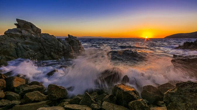 Sonnenuntergang über dem Golf von Cagliari an einem stürmischen Sommerabend