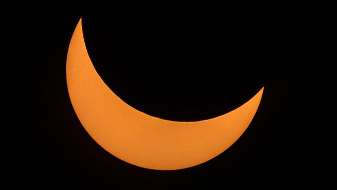 Blick auf die Sonne kurz vor dem Höhepunkt der Finsternis. Man kann schön die Strukturen auf der Sonne erkennen. Einfach aufs Bild klicken zum vergrößern.