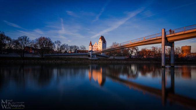 """Das Neue Schloß Ingolstadt spiegelt sich zur """"goldenen Stunde"""" am späten Nachmittag in der Donau  (Foto mit ND3.0-Graufilter gemacht)"""