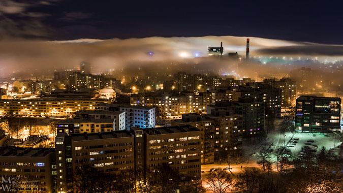 Blick über die östlichen Stadtteile von Tallinn während sich der Nebel wie eine Decke langsam über die Stadt legt.