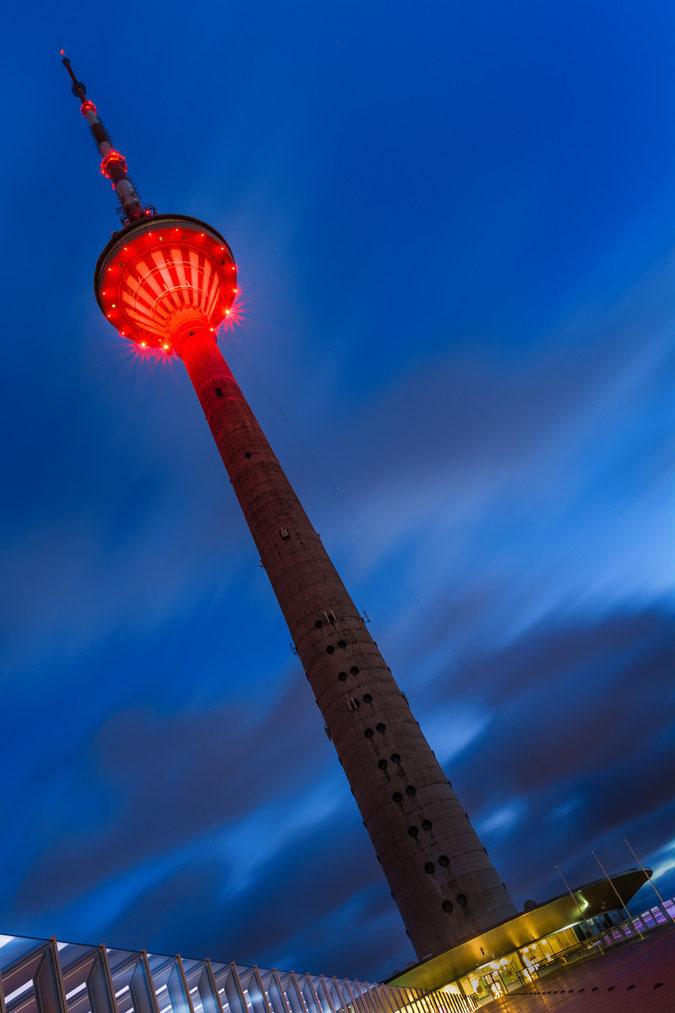 Der Tallinner Fernsehturm (Tallinna Teletorn)  zur blauen Stunde. Das Wahrzeichen ist 314m hoch, auf 170 Meter befindet sich die Aussichtsplattform die überragende Ausblicke bietet...und das nicht nur ins Umland sondern auch nach Unten...