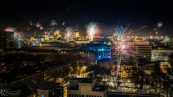 """Feuerwerk über der Altstadt von Tallinn. Links neben der Kirche befindet sich der Freiheitsplatz, wo sich kurz vor Mitternacht die ganze Stadt versammelte. Musikalisch sorge die Boygroup """"EAST 17"""" für Unterhaltung."""