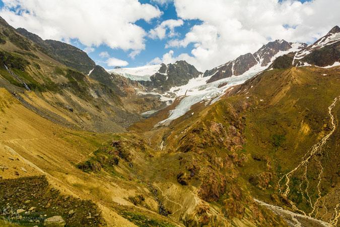 Blick von der Weißkugelhütte auf die fantastische, vom Eis geformete Gletscherwelt. Links die Abbruchkante des Gepatschferner, rechts die Zungen des Langtauferer Ferner. Links an der Moräne schlängelt
