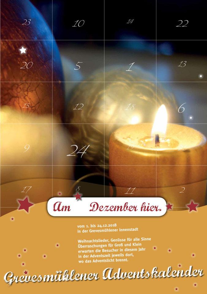Foto: Adventskalender mit Kerze und Weihnachtsbaumkugeln