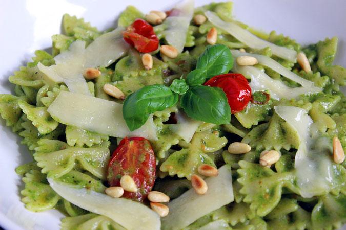 Farfalle mit Pesto, Kirschtomaten Pinienkernen und Parmesan
